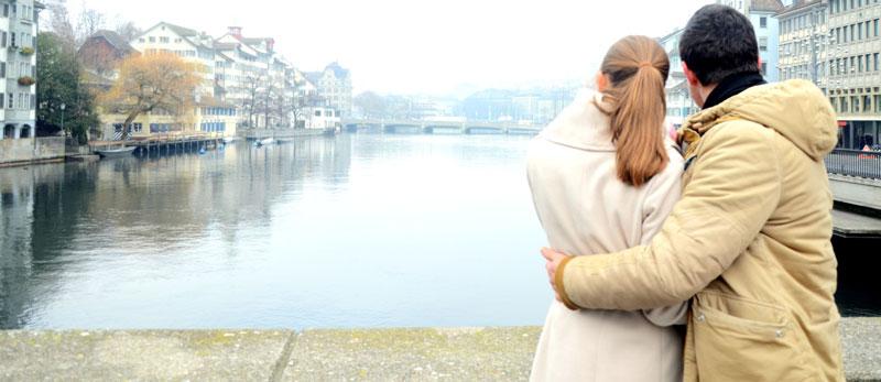 Ein Paar schaut von einer Brücke in Zürich