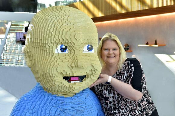 Louise Brown mit dem Lego-Baby